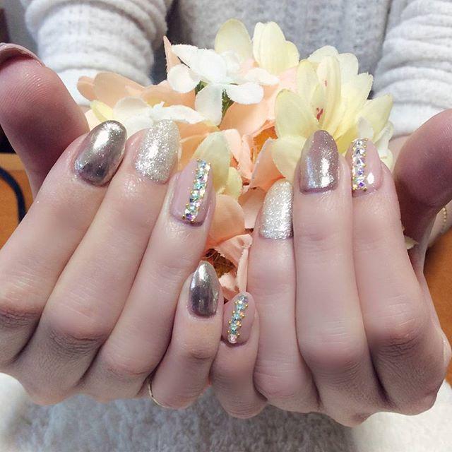 流行りの#ミラーネイル 。白銀とピンクとベージュで色味は押さえつつも、アートでこれでもかとキラキラさせました##キラキラしたい#キラキラネイル#ピンクネイル#ベージュネイル #文京区#茗荷谷#小石川#SARAHネイル #サラネイル