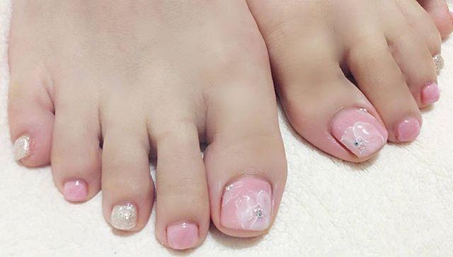 #フットネイル のご紹介です。#春らしいピンク と#白銀 のかわいいらしい色の組み合わせに#ニュアンスフラワー で一足お先に#春気分 です。#春のフットネイル#全体のイメージを壊さないストーン選び#文京区#茗荷谷#小石川#SARAHネイル#サラネイル