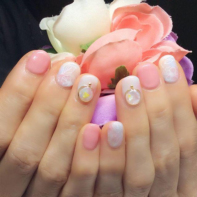 [お客様ネイル]同じものがやりたい!そう言ってくださって、左右反転のデザインでお作りしました。お爪の形に合わせたパーツ選びとお肌色に合わせてカラーチェンジしてあります。#いくつになっても女性はかわいいものが好き#同感です#卒業式#入学式#卒業式ネイル#入学式ネイル#春ネイル#ブローチネイル#文京区#茗荷谷#小石川#SARAHネイル#サラネイル