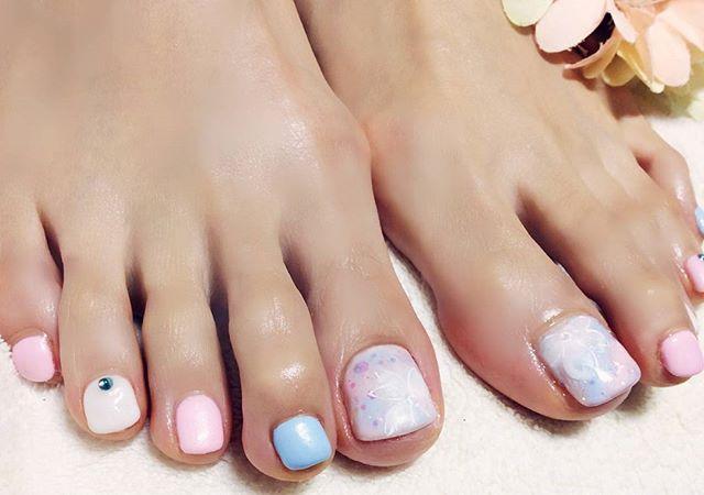 [お客様ネイル]春らしい#パステルカラーを3色使い、#可愛さ全開 です。親指には#ニュアンスフラワーアート(#桜)を描きました走り込み爪が酷使された結果、冬になると毎年痛みを伴って没落していたそうです。現在、右親指はアクリルを使って形成してますが、全体的に健康に爪が生きています#ケアは本当に大事 です#フット#フットネイル#春のフットネイル#春ネイル#フラワーネイル#誕生石がアクセント#大人カワイイ#文京区#茗荷谷#小石川#SARAHネイル#サラネイル