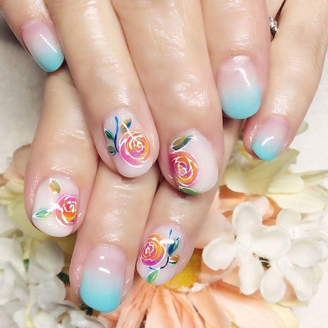 [お客様ネイル]新しい#定額サンプル を少しアレンジしたデザイン。このお花、実は谷中散策途中で見つけた小皿のお花にインスパイアされたもの。#白状しました春の青空のような#ブルー の#カラグラ が 華やかな#フラワーアート によく合います#シーブルー#ターコイズブルー#フラワー#お花#カラフル#カラフルネイル #春ネイル#文京区#茗荷谷#小石川#SARAHネイル#サラネイル