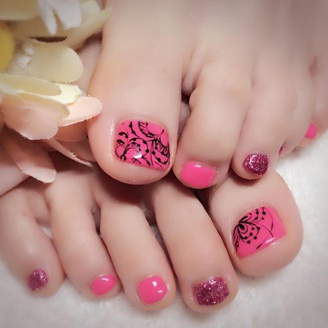 [お客様ネイル]明るい色がいい何色かご提案した中で選ばれたのが#ビビットなピンク それに合わせて選ばれた#ピンクラメ もとても可愛いです。そして、アート悩みました...#黒とピンク という色の組み合わせで、かわいいだけじゃない、大人の女性がもつかっこよさが出せたように思います#フットネイル #春フットネイル #この時期は体調も心も揺らぎます#色の力をお試しください#フットネイルだから出来ること#ビビットカラー#ビビットカラーネイル #ピンクネイル#ブラックネイル#ちょっとROCK#でも女性らしさを忘れない#文京区#茗荷谷#小石川#SARAHネイル#サラネイル