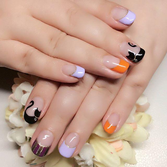 [お客様ネイル]10月ですねあの季節がやって来ました10月半ばあたりから後半にかけて、街中を #ゾンビ が練り歩く...コワイデスネ。しかし#ハロウィーン はそれだけではありません。#ネイルは素敵 なのです。#カラーが絶妙 なのです。#ハロウィン万歳#オレンジネイル #パープルネイル #orange#purple#black#ハロウィーンネイル#ハロウィンネイル#どっちが正解なのか#Halloweennail#黒猫#ネコ#黒猫ネイル #首輪のチャームがポイント#お座りにゃんこ#振り向きにゃんこ