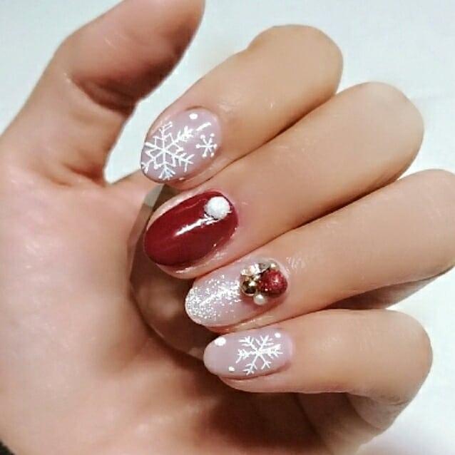 #クリスマスネイル盛るだけ盛りました#流行りのきらきら加工 #やっと流行りに乗った中指・赤のワンカラーと薬指・白のグラデーションの上に乗っているパーツは手作りです#ラメボール #ラメドーム#雪の結晶は立体仕上げ#SARAHネイル #サラネイル#美爪 #美肌 #美BODY#文京区 #小石川 #茗荷谷 #春日 #白山 #後楽園#文京区ネイル #茗荷谷ネイル#トータルビューティーサロンYOI #YOI #ヨイ
