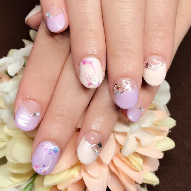 [お客様ネイル]めっきり#春 らしくなりましたね️私は気候的には#ウェルカム なんですけど、#花粉は辛い時期 です…花粉にやられ気味ですが、可愛いネイルに気分が上がるので#春ネイル は大好きです。#パープル #パープルネイル #purple #アイボリー #ivory #春カラー #スプリングタイプのお肌色にぴったり#短いお爪でもカワイイ#パーソナルカラー#パーソナルカラー診断#骨格診断